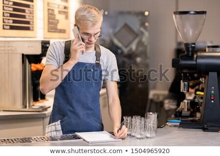 Jonge ernstig De ober barista schrijven beneden Stockfoto © pressmaster