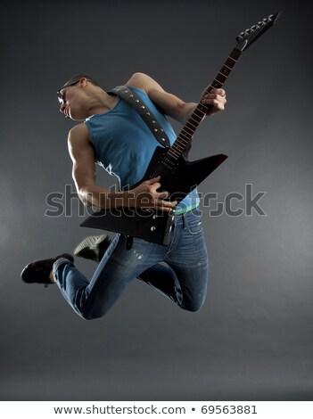 hombre · saltar · jugando · guitarra · casual · joven - foto stock © feedough