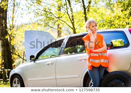Jonge vrouwelijke bestuurder roepen kant van de weg dienst Stockfoto © lightpoet