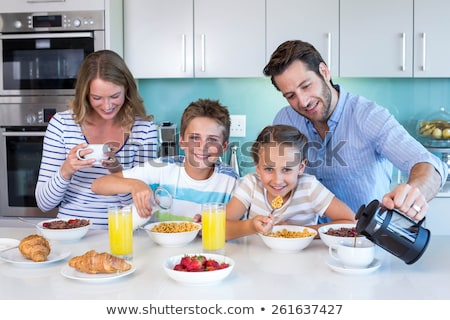 Fiatal család reggeli együtt konyha étel Stock fotó © wavebreak_media