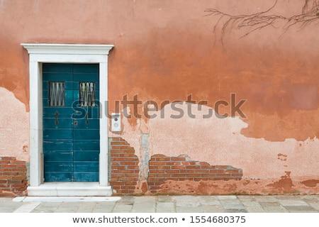 Verweerde bruin deur houten ingesteld beton Stockfoto © rhamm