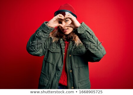 kadın · kırmızı · kat · bakıyor · kalp · şekli · genç - stok fotoğraf © varlyte