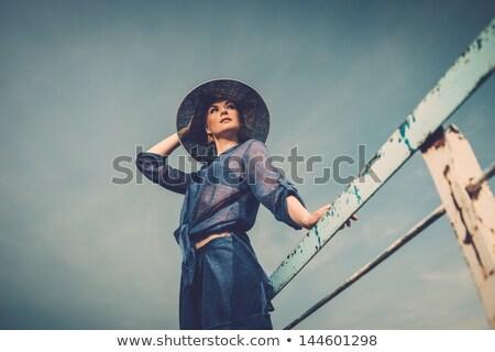 Jeune femme blanche chapeau permanent vieux bois Photo stock © rafalstachura