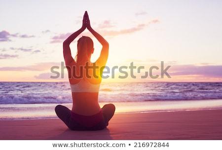 mujer · yoga · sol · playa · manana - foto stock © galitskaya