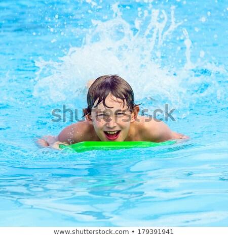 Kruipen surfboard oceaan glimlach kinderen Stockfoto © meinzahn