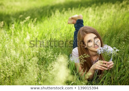 Higgadt lány tart vadvirág csinos virág Stock fotó © konradbak