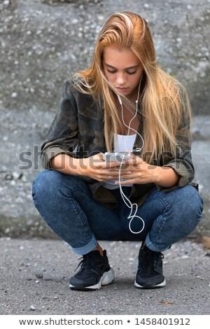 Stock fotó: Fiatal · nő · guggol · lefelé · zenét · hallgat · fiatal · farmer