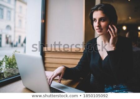 Jonge glimlachend freelancer vergadering computer praten Stockfoto © pressmaster