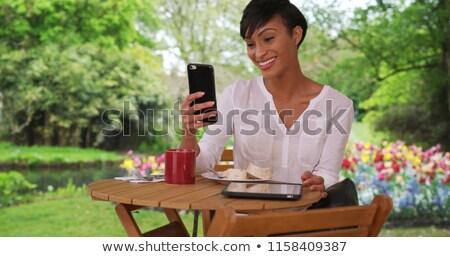 Stockfoto: Mooie · tuinman · mobiele · telefoon · lachend · vrouw · naar