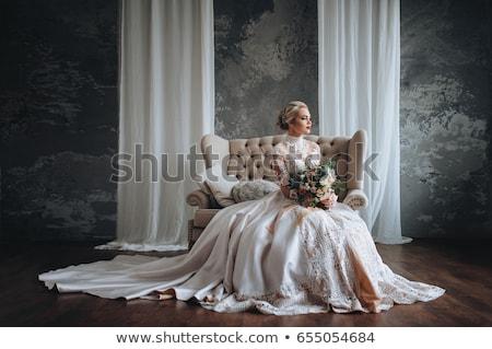 Hermosa jóvenes novia ramo de la boda sesión sofá Foto stock © dashapetrenko