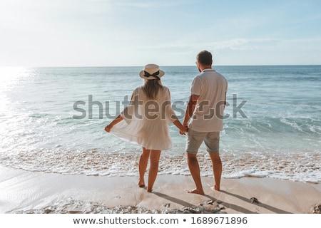 romantikus · pár · szerelmespár · kéz · a · kézben · tengerpart · naplemente - stock fotó © master1305