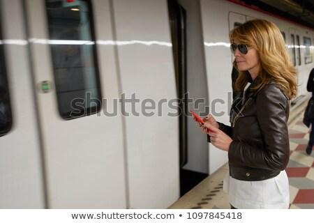 Mulher madura estação de trem mulher transporte banco sessão Foto stock © IS2