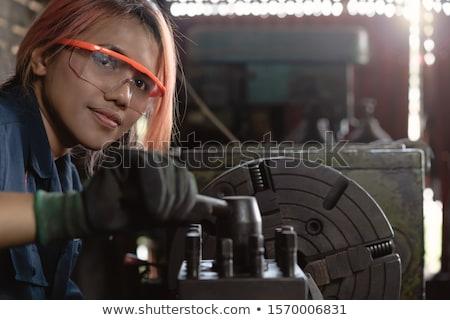Frau Mechaniker arbeiten Metall Workshop Arbeitnehmer Stock foto © Kzenon