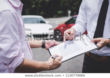Ubezpieczenia agent uszkodzony samochodu klienta podpis Zdjęcia stock © Freedomz