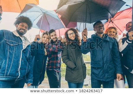 Vrienden best regen slechte weer permanente Stockfoto © Kzenon