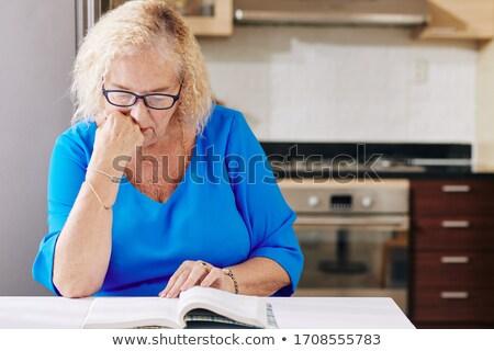 Senior vrouw lezing document rijpe vrouw papieren Stockfoto © Edbockstock