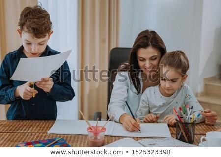 Matka pomoc dzieci praca domowa domu edukacji Zdjęcia stock © photography33