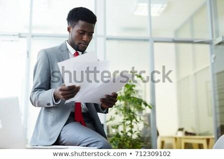 élégante comptable courtier regarder financière papiers Photo stock © pressmaster