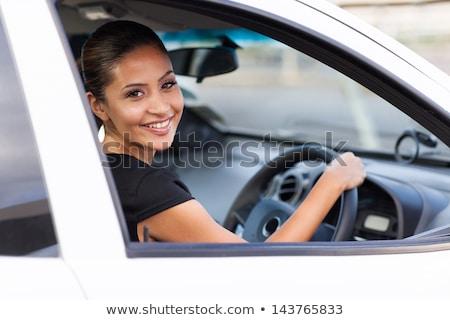Vrouw bestuurder buiten twee vrienden auto Stockfoto © Lopolo