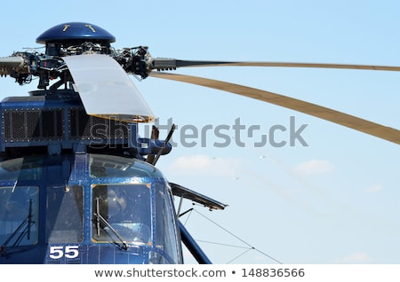 helikopter · vlucht · Rood · witte · blauwe · hemel · medische - stockfoto © zhukow