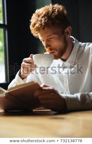 Porträt konzentrierter lockig bärtigen Mann Lesung Stock foto © deandrobot