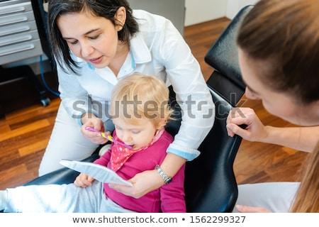Kicsi gyermek néz tükör fogorvos kíváncsiság Stock fotó © Kzenon