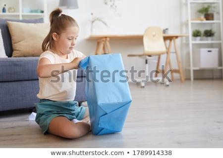 Foto stock: Ran · regalo · mirando · hacia · abajo · en · el · pequeño · regalo