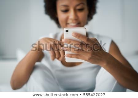 mulher · jovem · escrita · aplicação · telefone - foto stock © feedough