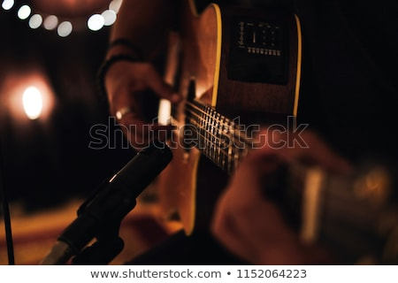 Fiatalember akusztikus gitár fiatal zenész áll tele Stock fotó © elly_l