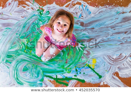 Feliz little girl artista colorido pintar Foto stock © ozgur