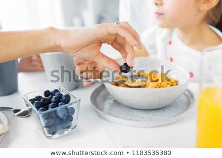 Familie granen ontbijt eten mensen Stockfoto © dolgachov
