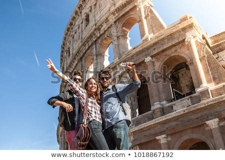 Meisje toeristische colosseum tonen duim omhoog Stockfoto © AndreyPopov