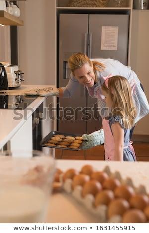 Widok z boku szczęśliwy matka córka cookie piekarnik Zdjęcia stock © wavebreak_media