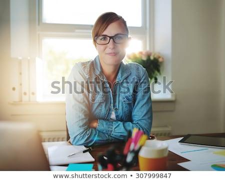 Portret charyzmatyczny kobieta interesu fałdowy broni biały Zdjęcia stock © wavebreak_media