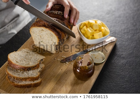 Frau Schneiden frisch gebacken Brot Stock foto © wavebreak_media