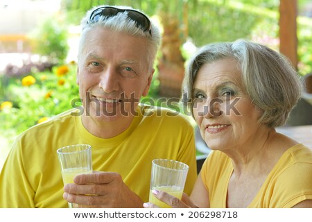 älter Mann trinken Limonade Freien Spaß Stock foto © IS2