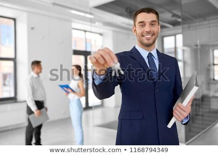 Gülen emlâkçı tuşları Klasör yeni ofis Stok fotoğraf © dolgachov