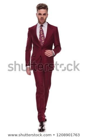 Homem barba caminhada terno para a frente Foto stock © feedough