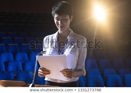 Zijaanzicht jonge asian zakenvrouw permanente podium Stockfoto © wavebreak_media