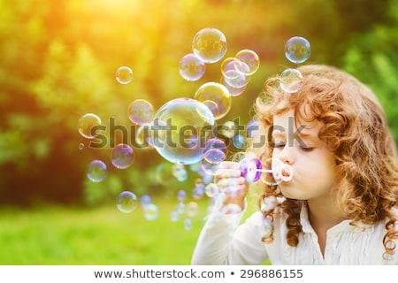 kicsi · kaukázusi · lány · fúj · szappanbuborékok · készít - stock fotó © balasoiu