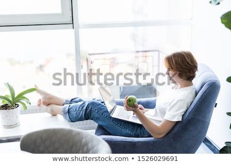 Foto stock: Mulher · sessão · tabela · verde · maçã · retrato