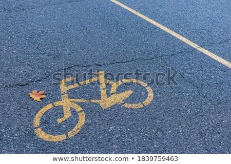 Stockfoto: Geel · geschilderd · teken · fietsen · asfalt · stad
