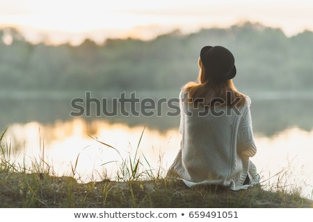 Meisje denken rivier bank vrouw gelukkig Stockfoto © taden