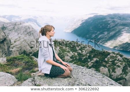 Fiatal nő hegy fennsík áll láb kő Stock fotó © dash