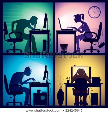 Femeie de afaceri lucru laptop amurg perete birou Imagine de stoc © IS2