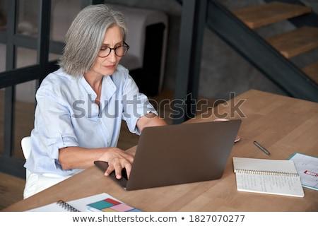 中年 女 僱員 坐在 辦公室 工作 商業照片 © Elnur
