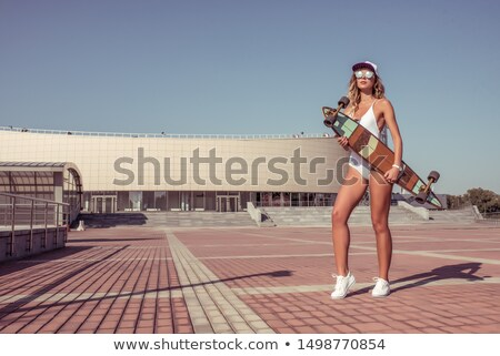 Personas parque nina skateboarding aire libre anunciante Foto stock © robuart