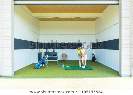jonge · vrouw · oefenen · corrigeren · verplaatsen · golf · klasse - stockfoto © kzenon