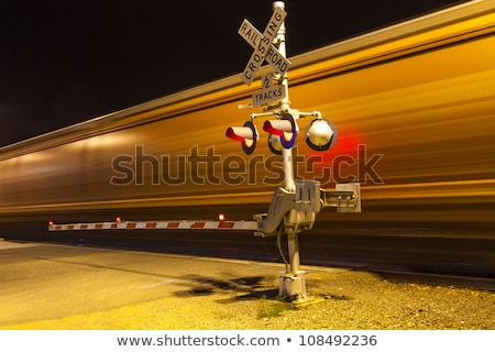 Foto stock: Trens · ferrovia · noite · carro · estrada