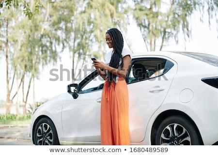vrouwelijke · rijden · auto · mobiele · telefoon · selectieve · aandacht · vrouw - stockfoto © stevanovicigor